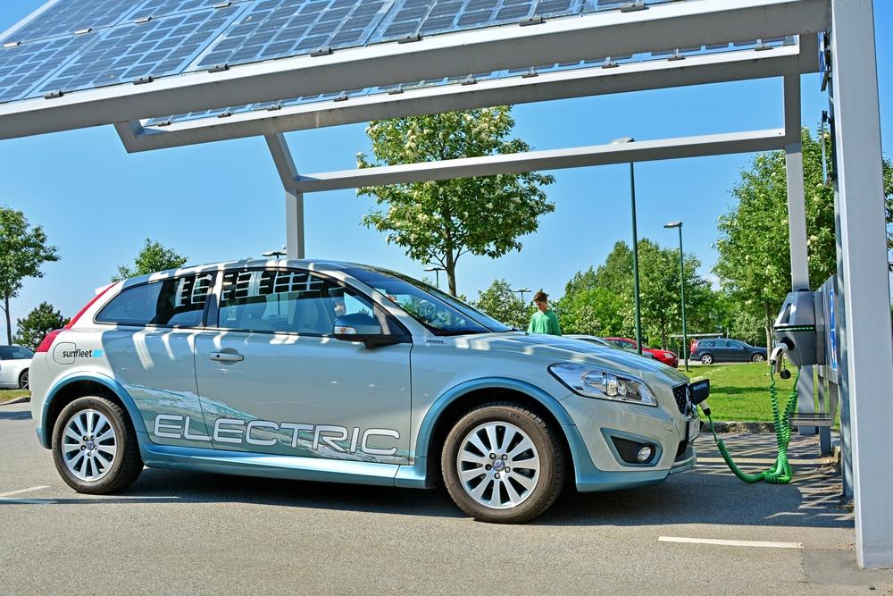 Autark und mobil mit Solarcarport und Elektroauto